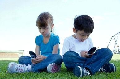 Vermont Bill Would Ban Cell Phone Use for Anyone Under Age 21 Kids-phone3